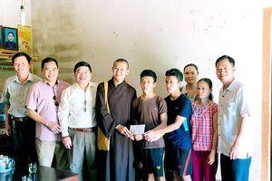 Trao hơn 10 triệu đồng cho 2 anh em sinh đôi học giỏi ở Nghĩa Đàn