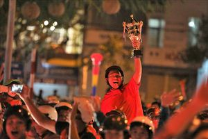 Hàng vạn cổ động viên miền Tây Nam Bộ đổ ra đường giơ cúp vàng mừng U23 VN chiến thắng