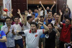Bố mẹ tiền vệ Quang Hải vỡ òa với chiến thắng của Olympic Việt Nam