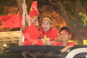CĐV xuống đường ăn mừng chiến thắng lịch sử của U23 Việt Nam