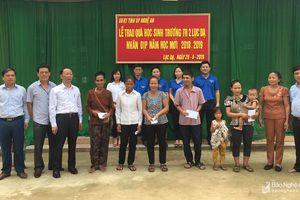 Ủy ban Kiểm tra Tỉnh ủy tặng quà cho học sinh nghèo và đồng bào Đan Lai