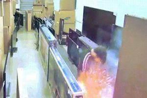 Kinh hãi thuốc lá điện tử trong túi nổ rách tung quần khách hàng