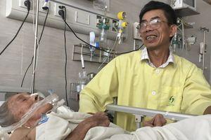 Hà Nội: Con trai bỏ việc chăm mẹ già trong bệnh viện