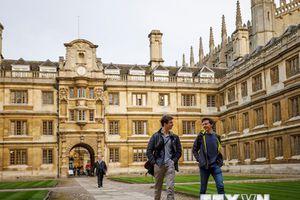 Các trường đại học ở Anh cạnh tranh khốc liệt để hút sinh viên