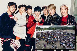 Big Hit 'chơi chiêu' không bán online: Hàng ngàn fan BTS thức xếp hàng từ đêm khuya, rất nhiều phụ huynh có mặt để… bảo vệ con