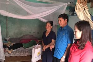 LĐLĐ tỉnh Bắc Giang: Trao hỗ trợ 10 hộ gia đình có hoàn cảnh đặc biệt khó khăn tại huyện Việt Yên