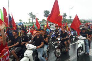 Hàng nghìn người hâm mộ háo hức chờ đón đội tuyển Olympic Việt Nam