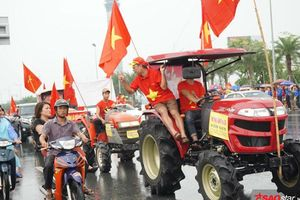 Người dân Hà Nội đội mưa, lái máy cày đến đón đội tuyển Olympic Việt Nam trở về