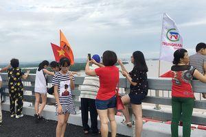 Đùa giỡn với tử thần trên cao tốc Hạ Long - Hải Phòng để chụp ảnh 'tự sướng'