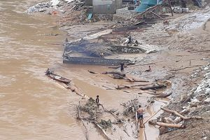 Thanh Hóa: Thót tim trước cảnh người dân đổ xô đi vớt củi giữa dòng nước dữ