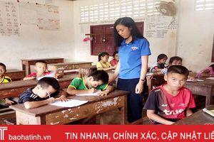 Niềm vui của tình nguyện viên Hà Tĩnh 'gieo' chữ Việt trên đất bạn Lào