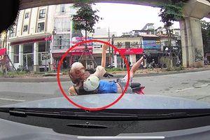 Mẹ đèo con nhỏ đi ngược chiều, tông thẳng vào ô tô