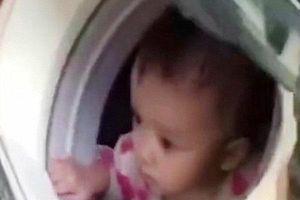 Lính cứu hộ đưa bé gái 1 tuổi ra khỏi vùng mưa lũ bằng cách cho vào máy giặt