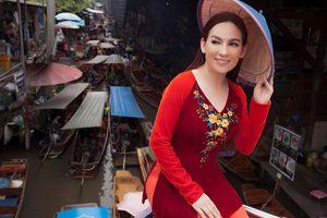 Phi Nhung mặc áo dài khoe nhan sắc U50 trẻ trung trên chợ nổi Thái Lan