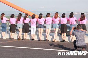 Đùa giỡn tử thần, nhiều người vô ý thức dừng xe chụp ảnh trên cầu Bạch Đằng
