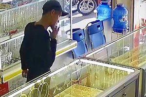 Bắt gọn đối tượng vào tiệm vàng giả vờ mua rồi 'cướp vàng' bỏ chạy