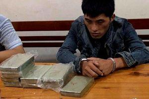 Bắt đối tượng tuồn 10 bánh heroin và 1kg ma túy đá vào Việt Nam