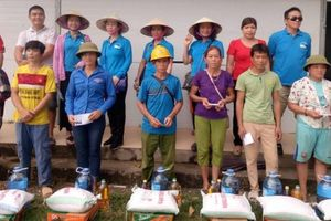 Thanh Hóa: Tặng quà cho các gia đình bị thiệt hại do lũ lụt huyện Quan Hóa