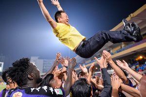Bầu Hiển được tung lên trong ngày CLB Hà Nội vô địch V.League