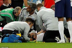 Ngôi sao Luke Shaw chấn thương kinh dị, thở oxy rời sân