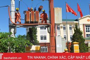 Điện lực Hương Sơn đánh số cột điện, treo biển an toàn