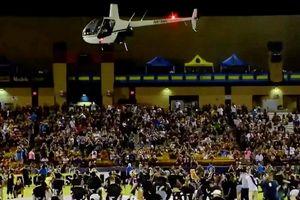 Đội bóng Mỹ dùng trực thăng rải tiền xuống sân cho CĐV nhặt!