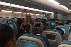 Những đôi chân 'kinh dị' trên máy bay khiến dân tình hết hồn