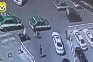 Nữ hành khách bị tài xế taxi dùng vũ lực lôi lên xe khiến cư dân mạng bức xúc