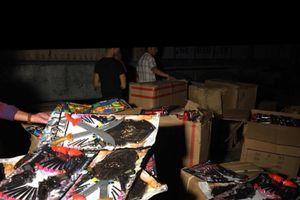 Bắt xe tải đang vận chuyển hàng trăm bộ đồ chơi bạo lực không rõ nguồn gốc