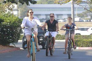 Simon Cowell phong độ, vui vẻ đạp xe dạo phố và ăn kem cùng bồ trẻ
