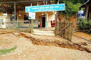 Nghệ An: Vết nứt khổng lồ bất ngờ xuất hiện, học sinh học ở sân vận động