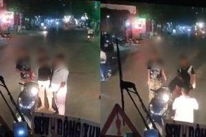 Clip: Rọi đèn pha vào 2 người đi xe máy, tài xế phải quỳ lạy xin lỗi