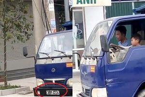 Phẫn nộ cảnh người đàn ông để bé trai cầm lái xe tải chạy trên đường