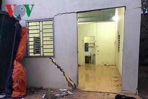 Đắk Lắk: Xe tải đổ đất, húc đổ nhà dân