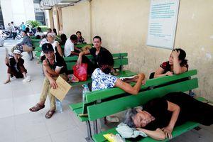 Bệnh nhân xếp hàng dài khám bệnh: Quá tải đến từng ghế đá, hành lang