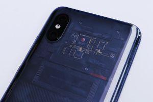 Dưới nắp lưng trong suốt của Xiaomi Mi 8 Explorer Editon chỉ là một miếng dán?