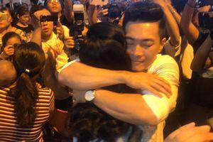 Anh em Cơ - Nghiệp nghẹn ngào ôm vợ con khóc ở sân bay