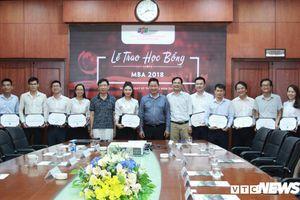 Chủ tịch FPT Trương Gia Bình trao học bổng MBA 2018 cho những 'thủ lĩnh' tương lai