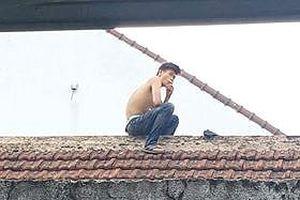 Khống chế thanh niên ngáo đá cầm dao la hét trên nóc nhà