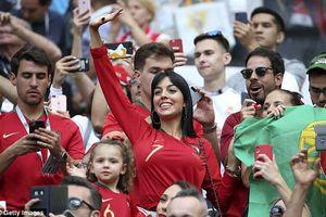Bạn gái Ronaldo rạng ngời trên khán đài, cầu thủ Maroc bật khóc chia tay World Cup