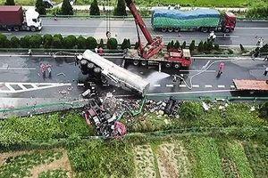 Bản tin 20H: Kinh hoàng xe khách đấu đầu xe tải trên cao tốc, 18 người tử vong