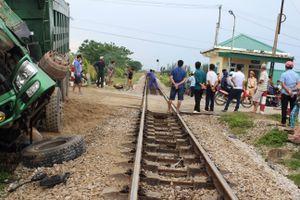 Xe Howo chết máy trên đường ray bị tàu hỏa đâm nát đầu