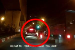 Clip tổ lái không mũ bảo hiểm thông chốt, tông gục CSGT Hà Nội rồi bỏ trốn