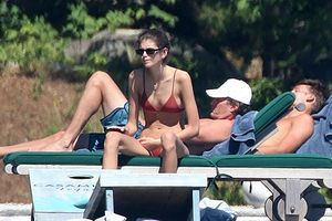 Con gái Cindy Crawford diện bikini, để lộ thân hình gầy gò
