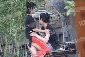 Sao nhí Trung Quốc bị bắt gặp ôm bạn trai ở tư thế nhạy cảm