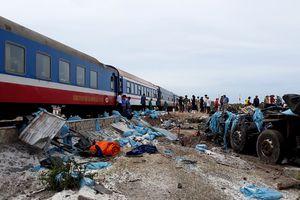 Xe tải va chạm tàu hỏa, 2 người bị thương nặng
