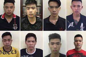 100 thanh niên đeo khăn đỏ mang dao kiếm đi trả thù náo loạn đường phố