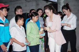 Ca sĩ Nhật Kim Anh mừng sinh nhật với trẻ em nghèo hiếu học