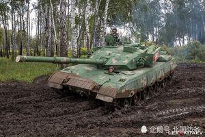 Soi dàn thiết giáp Trung Quốc lội bùn tập trận ở Nga