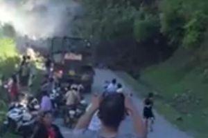 Clip: Núi lở ầm ầm xuống quốc lộ, nhiều người vứt phương tiện bỏ chạy